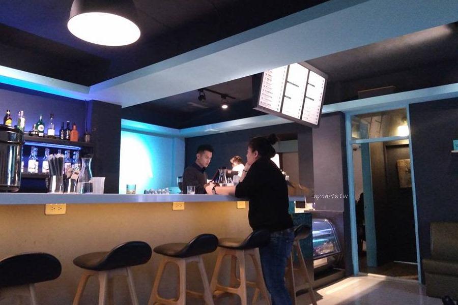 20180209101824 29 - 嘎拉咖啡|藍色咖啡販賣機大門 有好喝拿鐵型男老闆和可愛喵咪 提供免費充電插座Cala Coffee