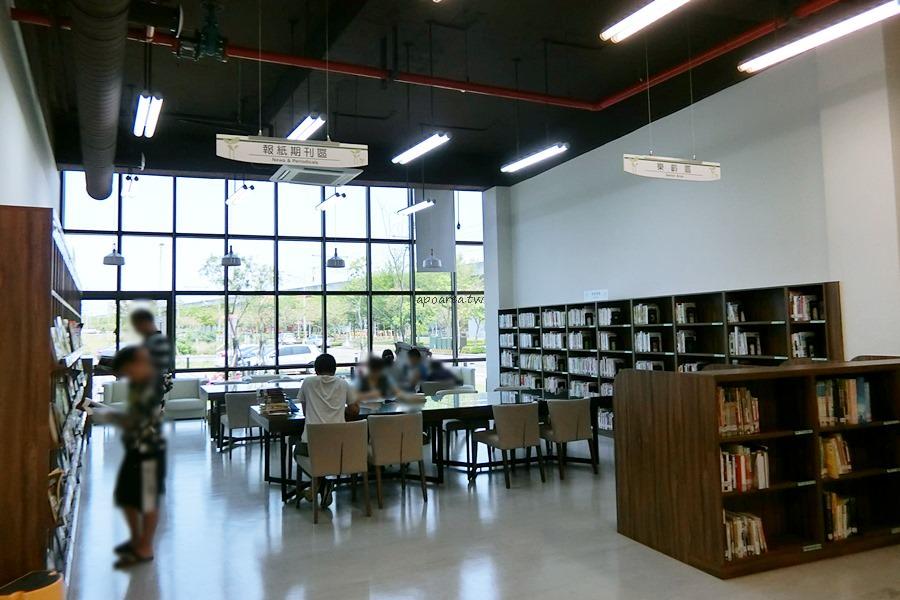 20180416082346 23 - 圖書館溪西分館│全台唯一可在館內看到高鐵奔馳的圖書館,綠能建築鄰溪望林,屋頂外觀像是一本攤開的書