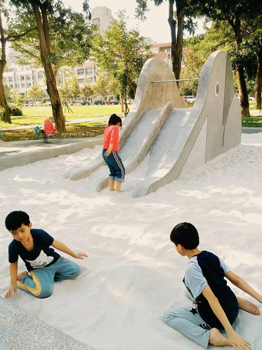 20180425113757 53 - 仁和廣福公園|復古大象溜滑梯 磨石子白沙坑 大片綠草地公園 目前不建議來玩
