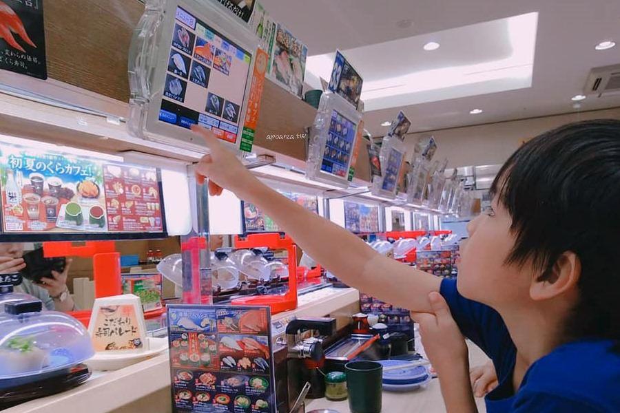 くら寿司 サンルート梅田店|平價百円迴轉壽司專門店 自助平板點餐 日本親子旅遊 吧台區無遊戲扭蛋