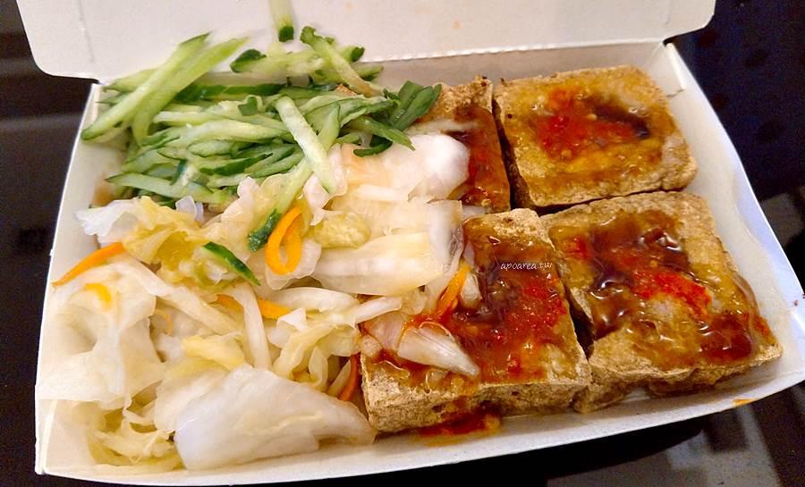 20200219084705 30 - 四平臭豆腐 泡菜小黃瓜給滿滿,還有大腸麵線、豬血湯,素食可,後方備有停車場